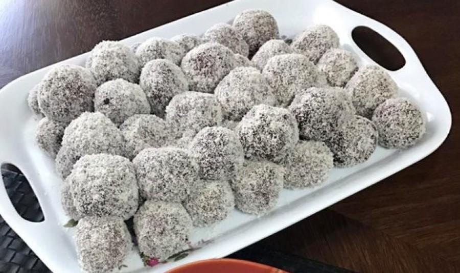 Itt a legfinomabb rumos meggyel töltött kókuszgolyó recept!