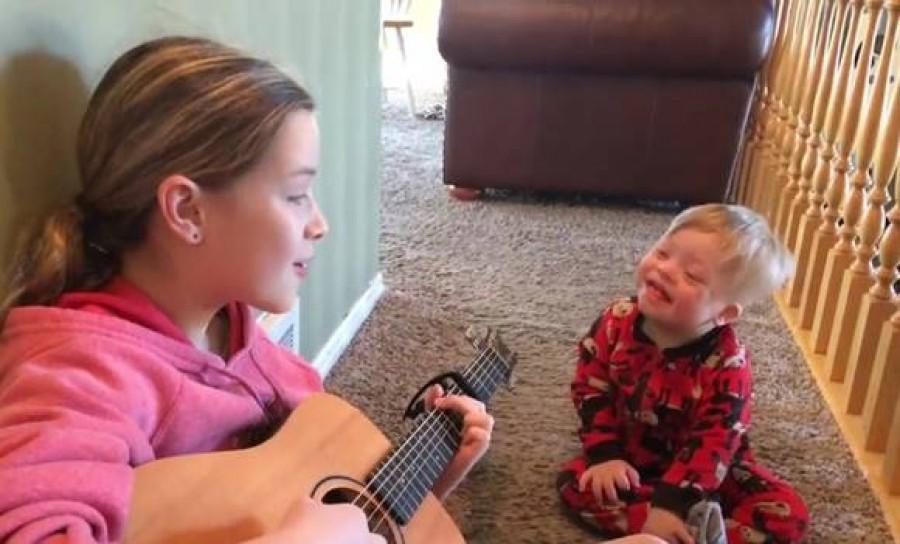 A kislány két éves Down szindrómás öccsét tanítja beszélni úgy hogy együtt énekelnek -imádnivaló videó!