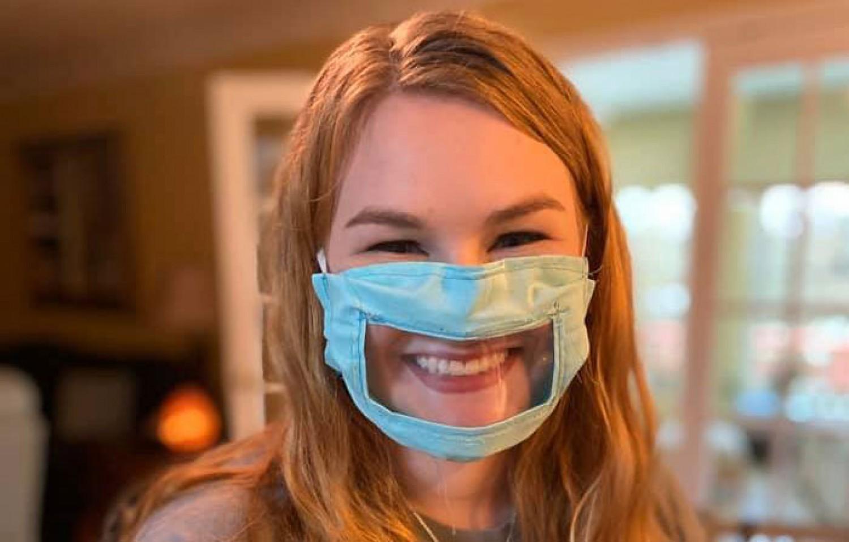 A 21 éves egyetemi hallgató arcmaszkokat készít a siketek és hallássérültek számára