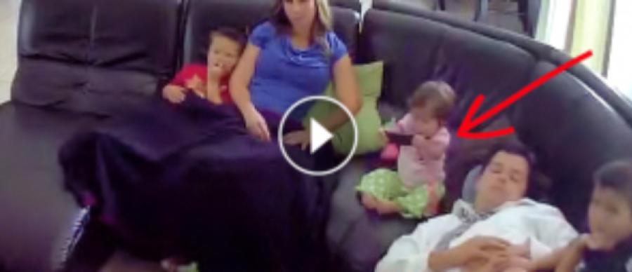 Az apuka elszunyókált, de figyeld mit csinál, amikor a baba leesik a kanapéról!