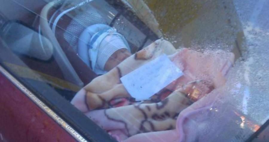 A pár magára hagyott kisbabát lát a kocsiban egy levéllel – mikor azt elolvassák felrobbannak a méregtől