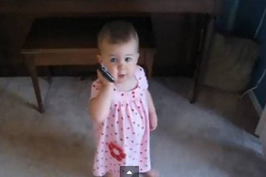 A 16 hónapos kislány beszélgetése apjával -az internet imádja ezt a videót!