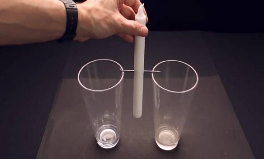 Két pohár közé tett egy gyertyát, majd elképesztő dolog történt!