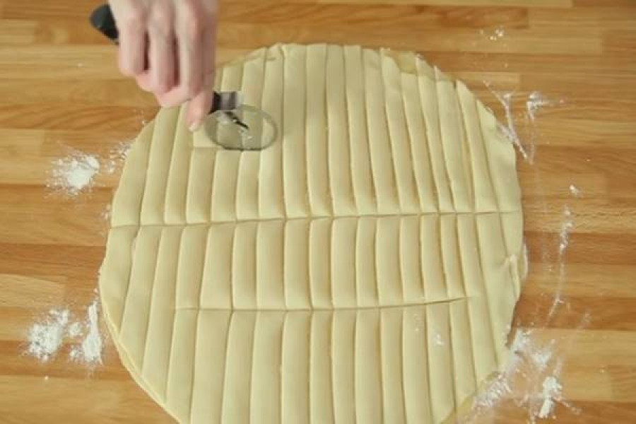 Csíkokra vágja a tésztát és egy gyors és finom sütit készít belőle!