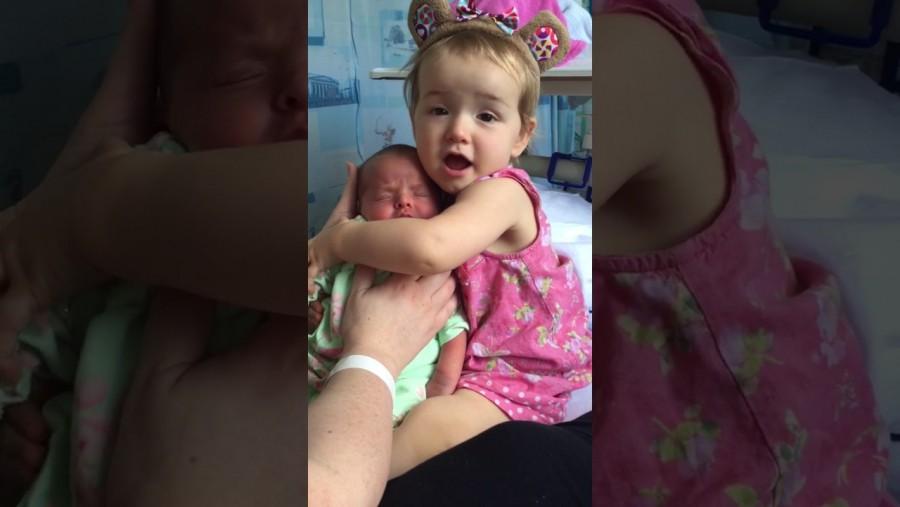 A kislány először látja kistestvérét -csodálatos reakció!