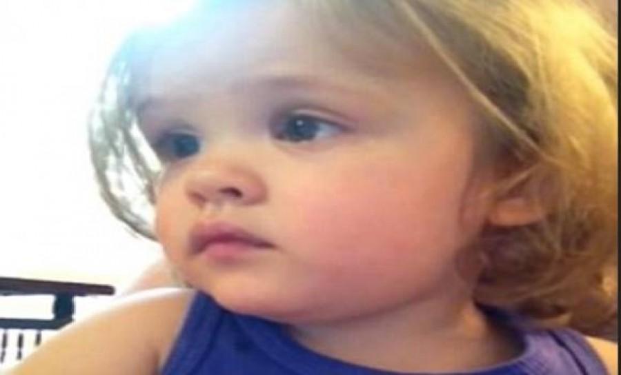 Nézd mit csinált a kislány, mikor meghallotta elhunyt anyukájának hangját -megszakadt a szívünk!