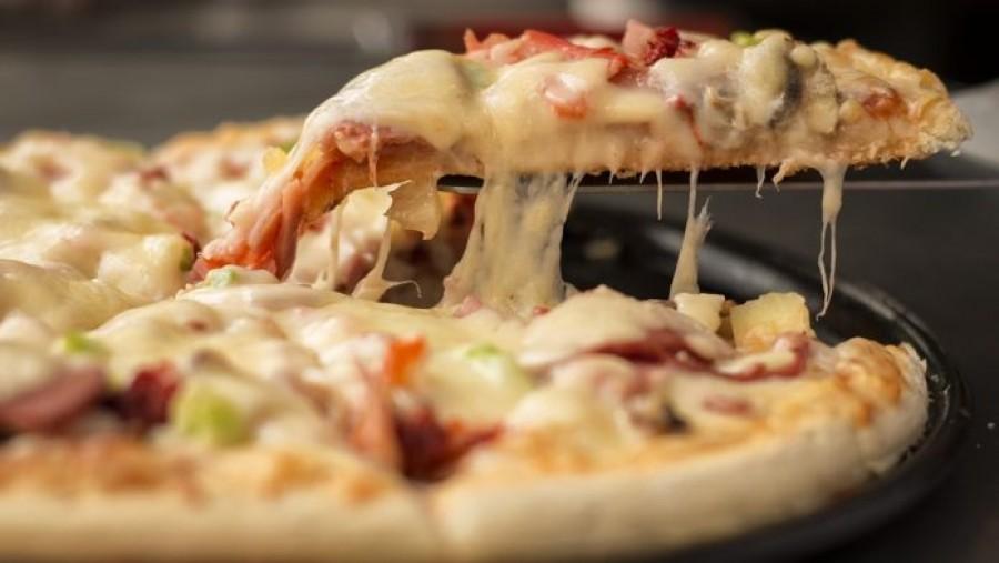 Íme, a vékony és rugalmas tésztával készült pizza receptje!