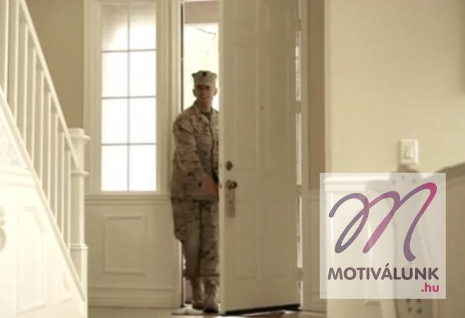 Megható videó, amelyben a katona először látja kislányát!!
