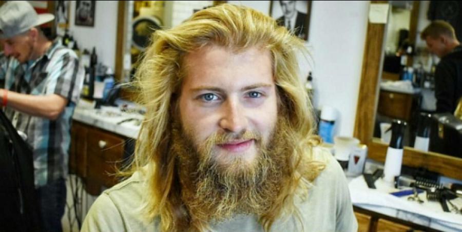 Ez a férfi úgy döntött, hogy levágatja hosszú haját és szakállát. Percekig fogsz gyönyörködni a végeredményben!