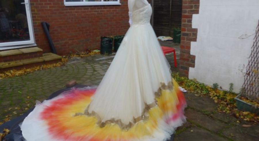 61 órát dolgozott vele, hogy átfesse az esküvői ruháját, de minden pillanata megérte!