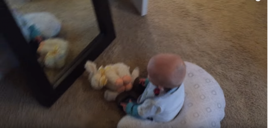A baba először látja meg magát a tükörben: a reakciójától elolvadtunk!
