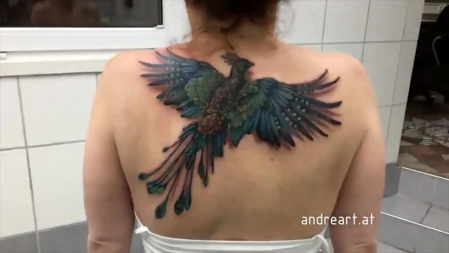 Egy átlagos tetoválásnak tűnik, ám nézd, mi történik, amikor a nő elkezdi mozgatni a vállát!